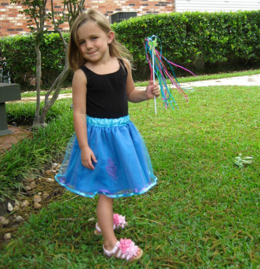 Маленькая девочка задрала юбку