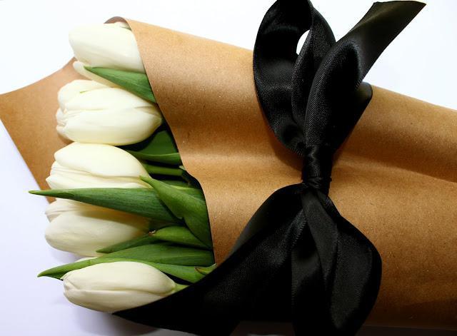 тюльпаны в упаковке: шарм и очарование