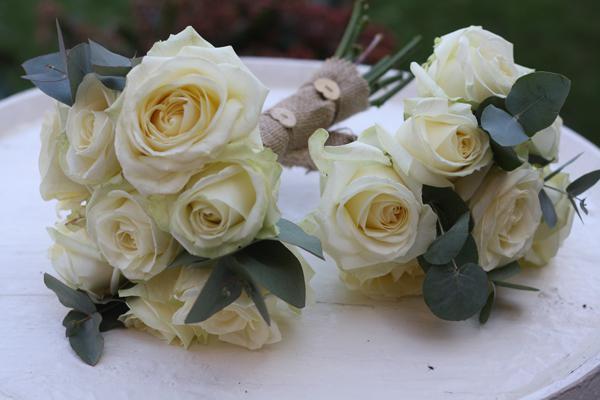 розы, декорированные мешковиной