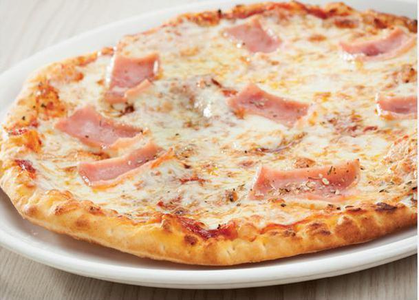 пицца с ветчиной и сыром и помидорами