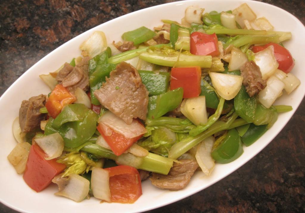 Мясо с сельдереем, помидорами, луком