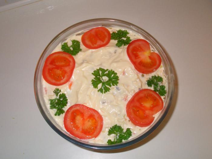 салат с маринованным луком и мясом и сыром