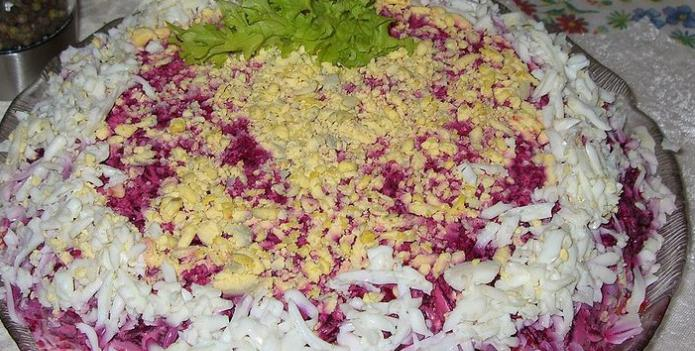 салат из свеклы с маринованным луком и мясом