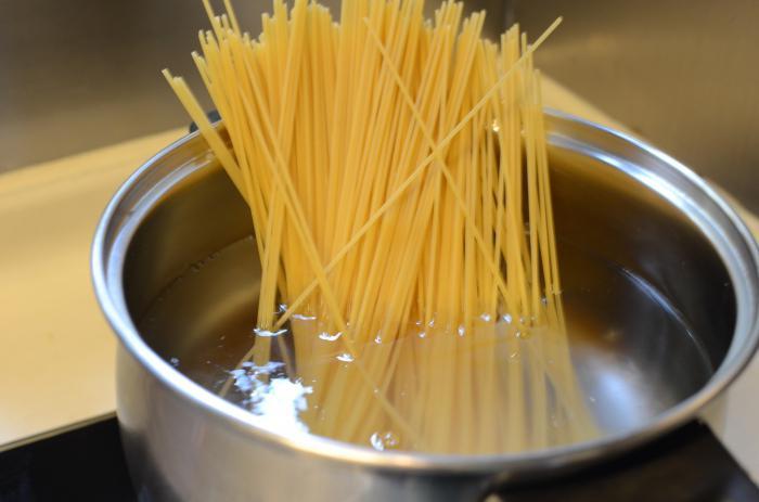 Как сварит макароны в кастрюле