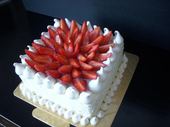 Как украсить торт в домашних условиях клубникой