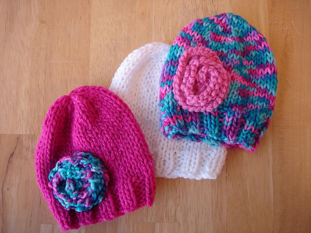 Вязаная шапочка спицами для девочки
