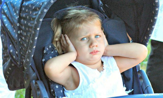 у ребенка стреляет ухо и температура