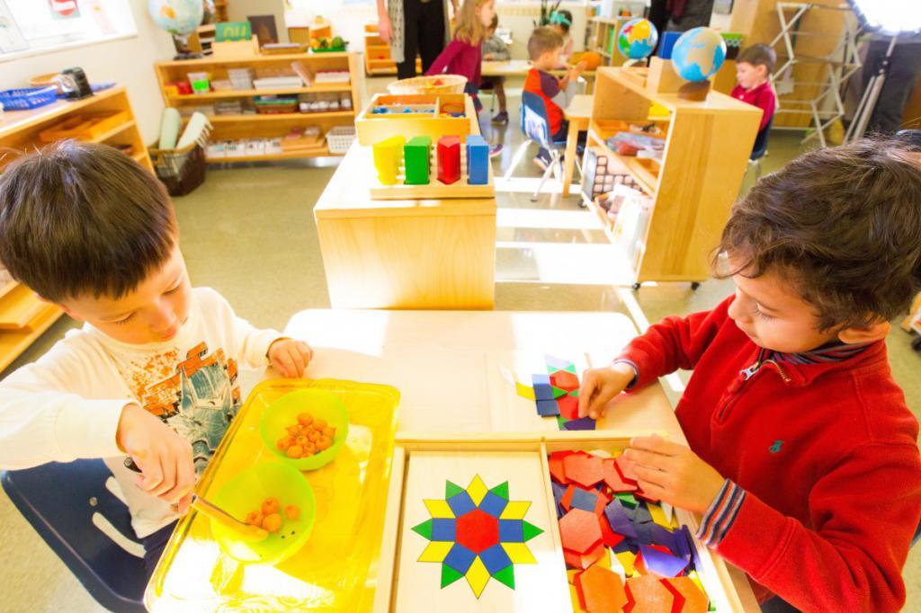 lesson with children according to the Montessori method