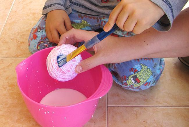 как сделать шарик из ниток и клея своими руками