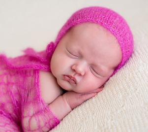 вяжем спицами чепчик для новорожденного