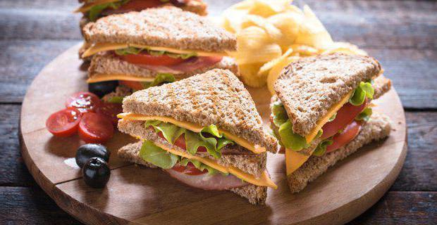 бутерброды с колбасой и сыром на сковороде