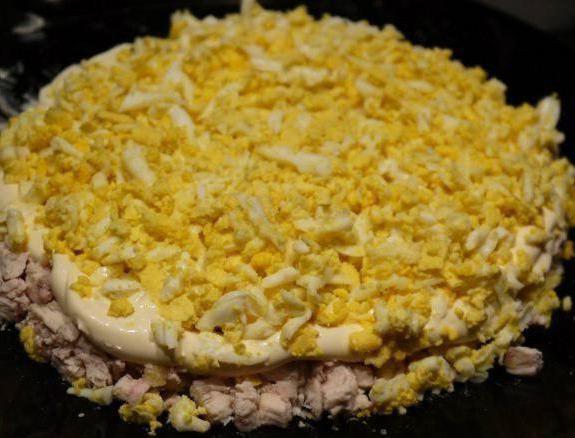 Салат слоеный с курицей и шампиньонами изоражения