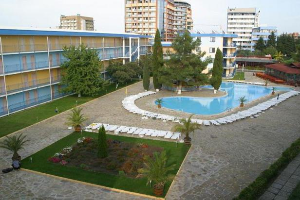 Гостиничный комплекс имеет компактную территорию с бассейном и рекомендован для любителей активного отдыха и молодежи. Вокруг него находится множество ночных клубов, баров, магазинов и ресторанов.