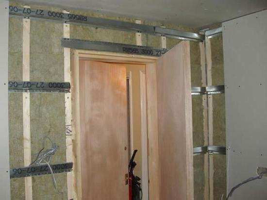 Как построить перегородку из гипсокартона с дверью