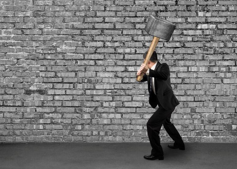 Разбивать стену