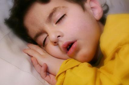 Кашляет ребенок когда лежит