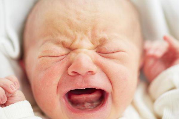 ребенок запрокидывает голову назад и выгибается и плачет