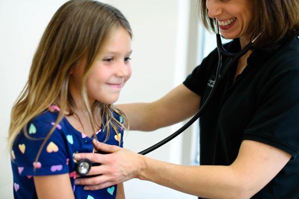 У ребенка лающий кашель без температуры: особенности, возможные причины и лечение