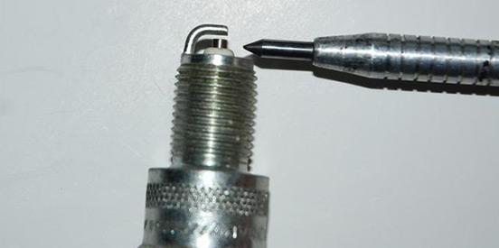 Зазор между электродами свечей зажигания: измерение, регулировка