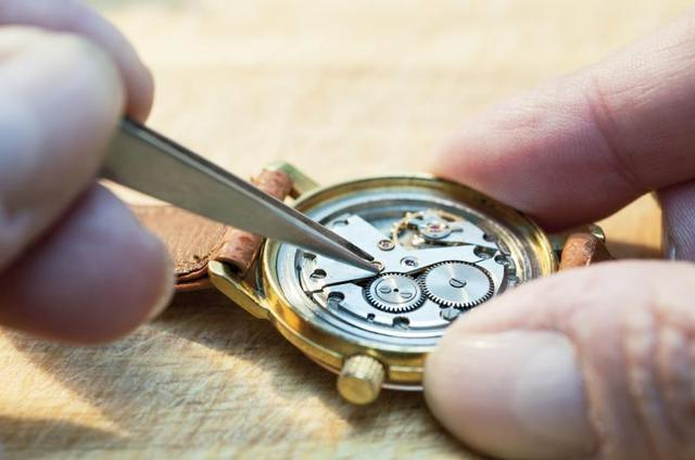 как открыть наручные часы чтобы поменять батарейку