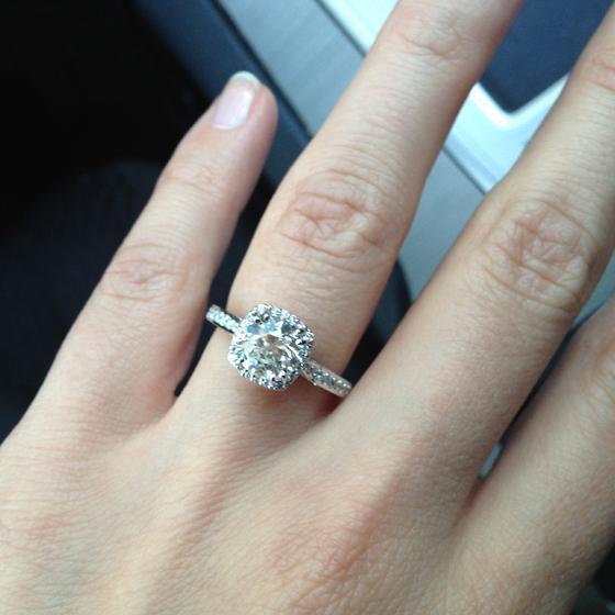 кольцо на левой руке на безымянном пальце