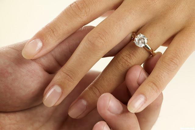 кольцо на безымянном пальце левой руки