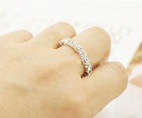 кольцо на среднем пальце