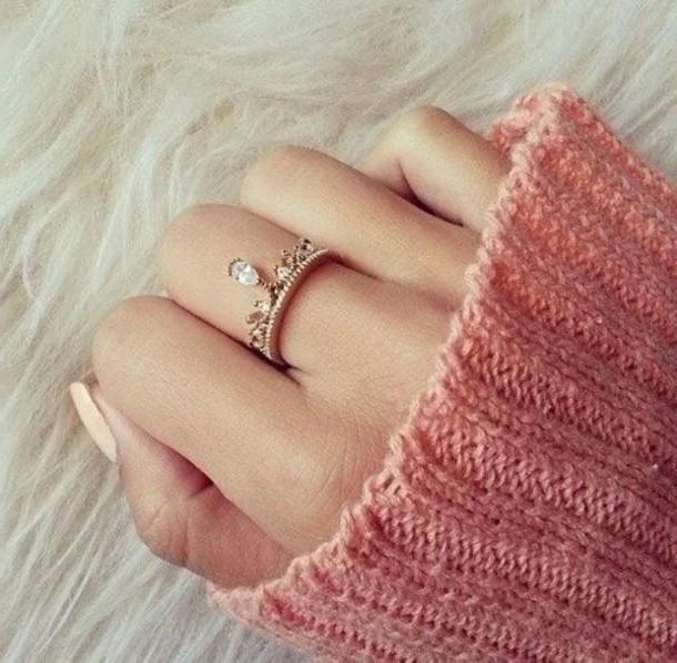 обручальное кольцо на среднем пальце