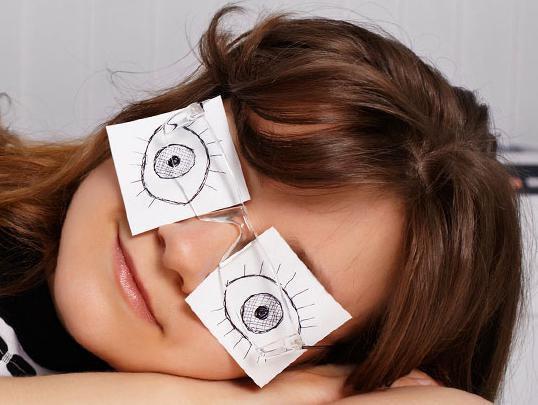 приоткрытые глаза во время сна
