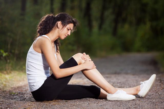 при ходьбе болит поясница и ноги