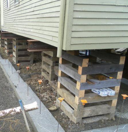Как укрепить фундамент старого дома сваями.