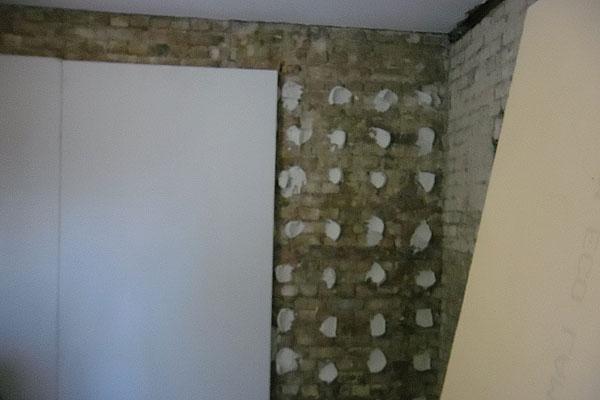 Чем выравнивать стены в квартире под обои