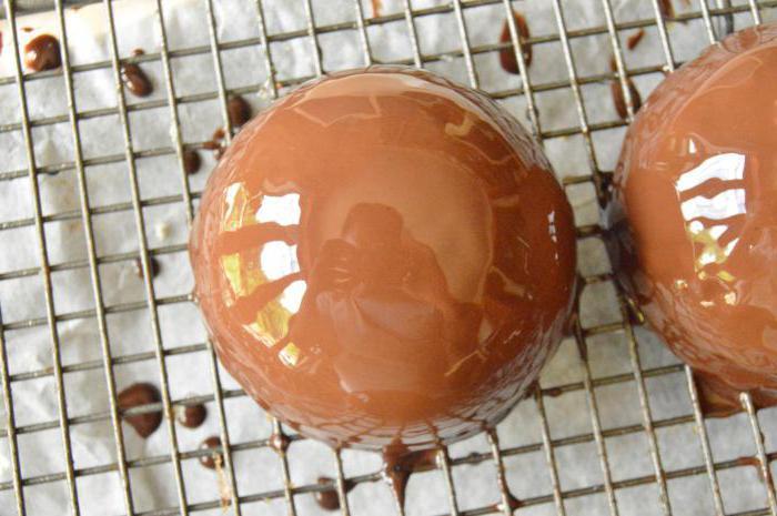 муссовые пирожные с зеркальной глазурью полусферы