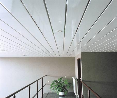 крепление ПВХ панелей к стене