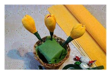 638200 Тюльпаны из конфет и гофрированной бумаги. Тюльпаны из конфет: мастер-класс