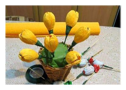 638201 Тюльпаны из конфет и гофрированной бумаги. Тюльпаны из конфет: мастер-класс