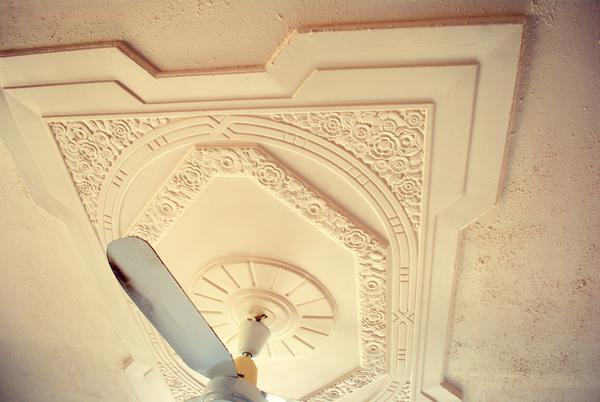 лепнина на натяжном потолке