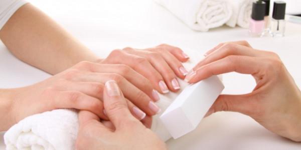 Как и чем покрывать лак для ногтей?