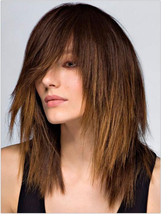 Каскад с косой челкой на длинные волосы