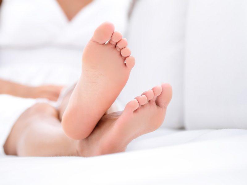 Сильно пахнут ноги: что делать, причины, обзор средств, советы