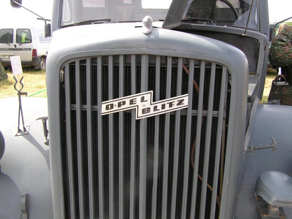 Молния Опель на грузовике