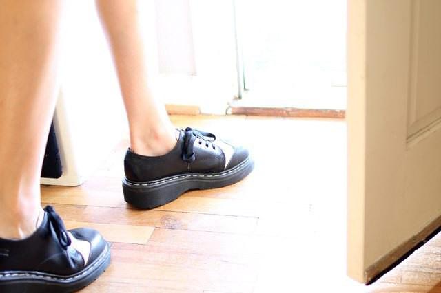 натирает кожаная обувь
