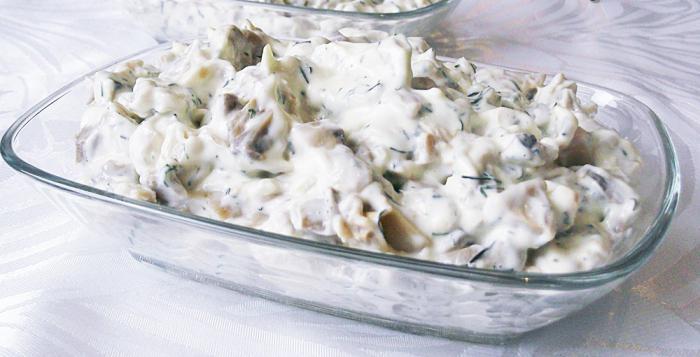 Кальмары салат с луком и яйцом