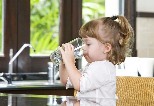 как правильно пить воду в течение дня малышева