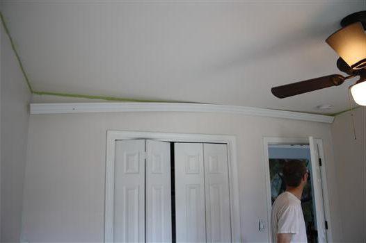 как приклеить потолочный плинтус к натяжному потолку на обои
