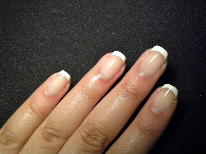 Белый френч с белым рисунком. Ногти с белым френчем