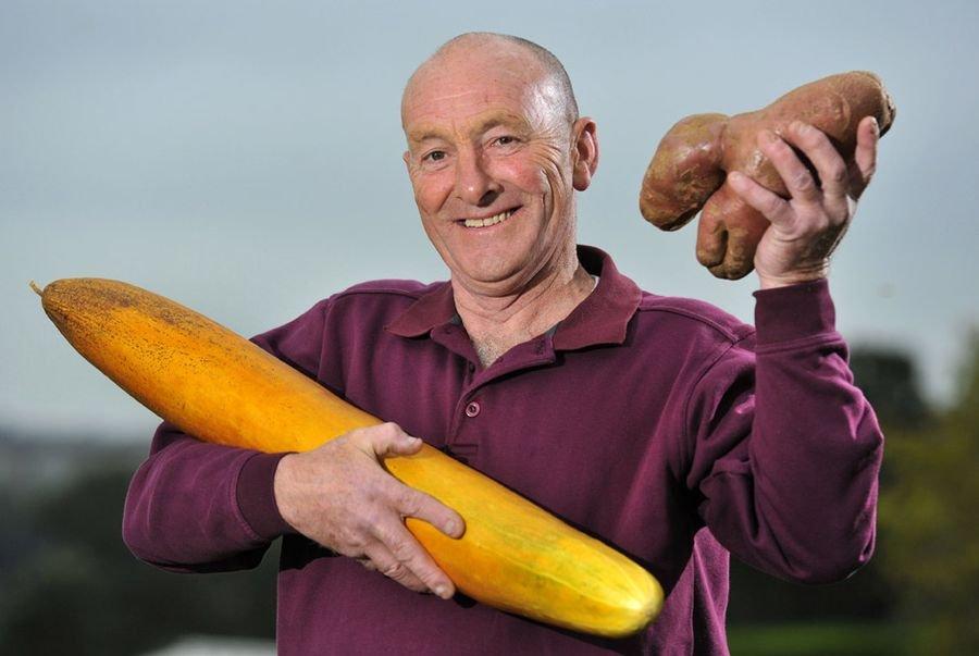 Джо Атертон с выращенными им гигантскими плодами