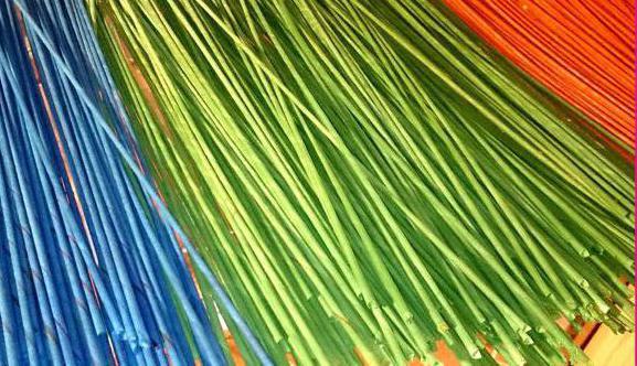 чем красить газетные трубочки для плетения