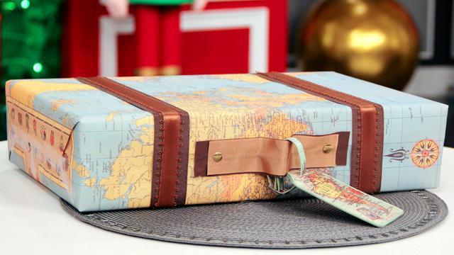 упаковать коробку в подарочную бумагу