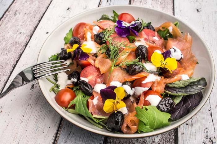 Салат из копченого лосося
